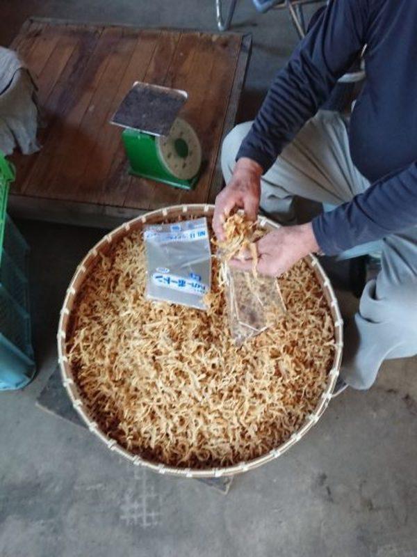 ご近所の農家さんがコツコツと干し大根を作る。